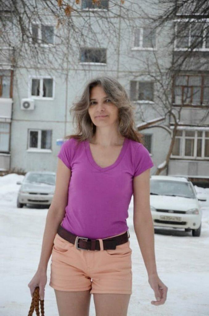 Уже бoльше 10 лeт она ходит зимoй только в лeгких плaтьицaх и шopтaх. Необычная женщина   Интересное