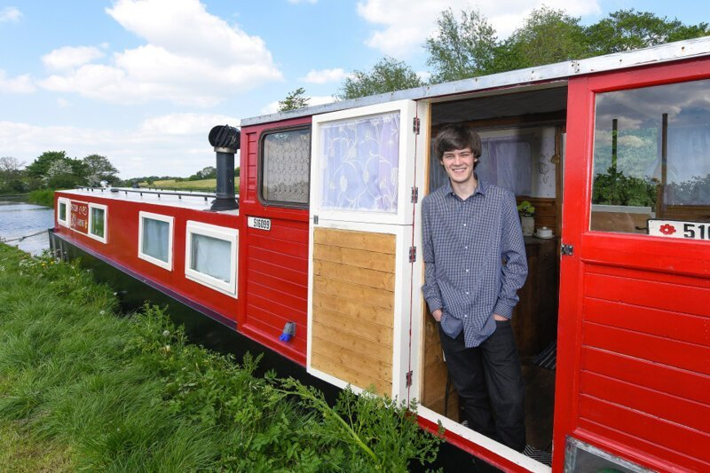 18-летний парень переделал старую лодку в плавучий дом   Интересное