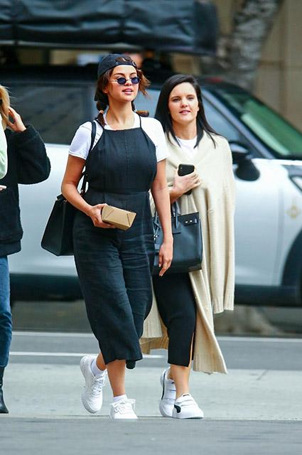 Селена Гомес на ланче с подругой в Лос-Анджелесе: фото Звездный стиль