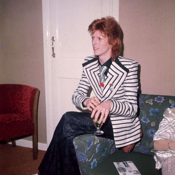 Дэвид Боуи - икона стиля музыкальной поп-культуры 1970-х годов Дэвид Боуи,знаменитости,икона стиля,музыканты,необычное,стиль,фотография