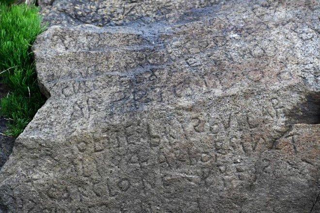 Франция заплатит 2000 евро за разгадку шифра на древнем камне гаджеты,загадки,интересное,наука,шифр