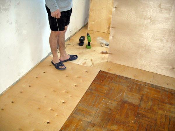 Как просто выровнять деревянный пол с помощью фанеры советы