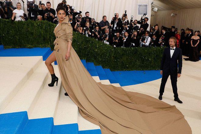 Самые эффектные платья со шлейфами, о которых можно только мечтать