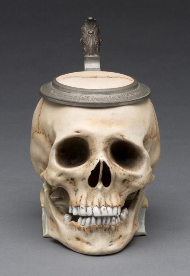 Почему пивные кружки в форме черепа считались лучшим подарком на выпускной интересное,история,факты,шок